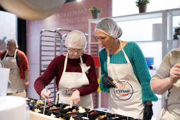 MECHELEN De Solidaire Keuken: vrijwilligers & Carrefour-personeel koken dit weekend met Sandra Bekkari ten behoeve van mensen in nood in Mechelen