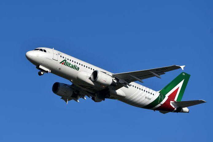 Een Airbus A320 van Alitalia, die opstijgt vanop de luchthaven van Fiumicino nabij Rome.