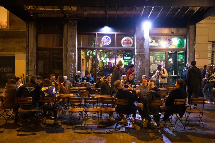 De nombreuses personnes ont fait la fête vendredi soir à Bruxelles avant la fermeture des bars pendant trois semaines.