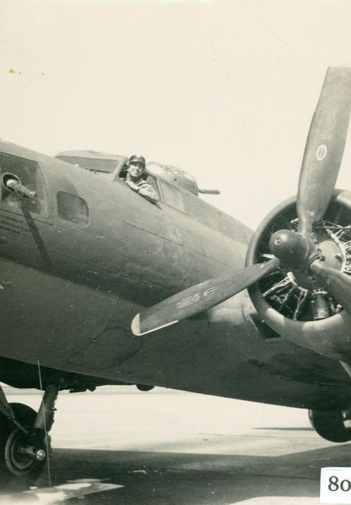 Tweede Luitenant Robert J. Olbinski in de cockpit.