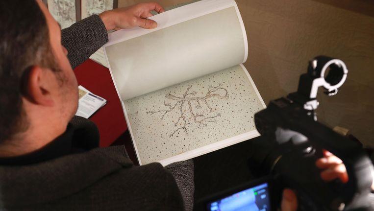 Een man bekijkt de tekeningen van Van Gogh in Parijs, vandaag. Beeld AFP