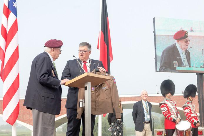 Bij de herdenking bij het monument de Oversteek was Burriss samen met Megellas nog wel aanwezig.