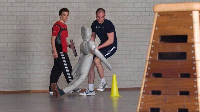 Een agent tijdens een fysieke vaardigheidstoets.