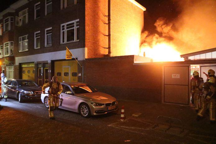 Door de schuurbrand moesten meerdere woningen tijdelijk ontruimd worden.