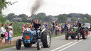 Oude tractoren vertrekken vanuit Overasselt voor een rit door de regio.