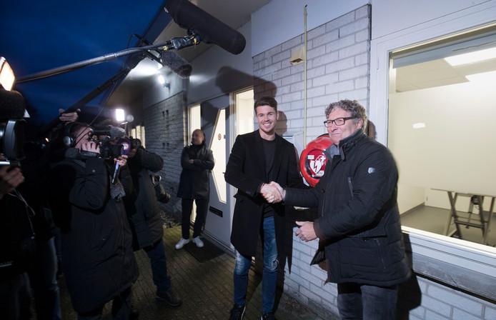 PSV-voetballer Marco van Ginkel en trainer/analist Wim Rip, die in december een hartstilstand kreeg, plaatsen AED bij Dierenkliniek Kortenoord in Wageningen