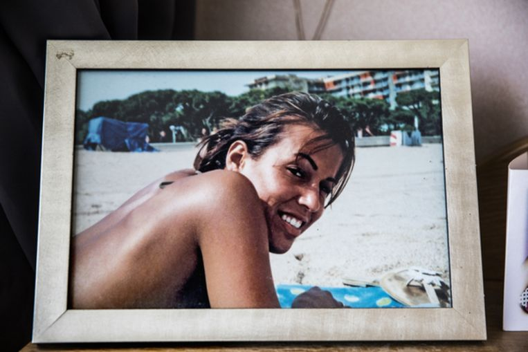 De in 2005 overleden Jessica van Room. Haar moeder wil haar politiedossier inzien, omdat ze de lezing van destijds niet vertrouwd.  Beeld null