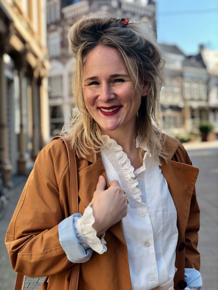 Margriet van Iersel showt de kleding uit haar winkel nu via social media.