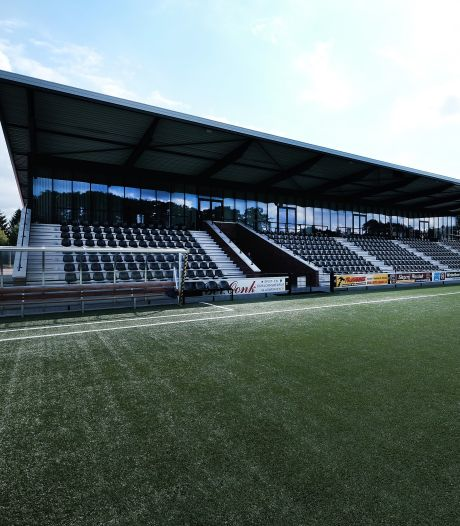 Politie ontruimt terras FC Winterswijk tijdens derby na 'coronamelding'