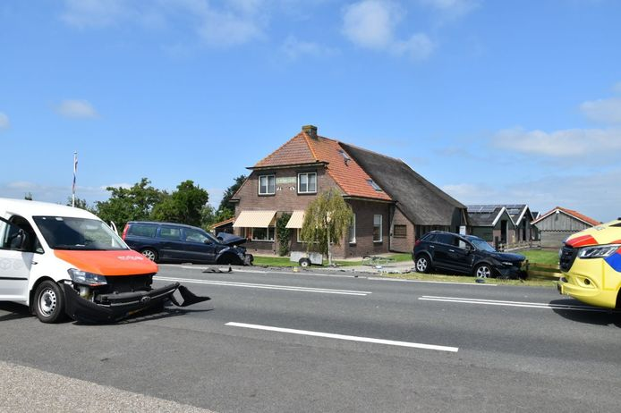 Drie auto's raakten flink beschadigd bij het ongeluk in Wanneperveen.