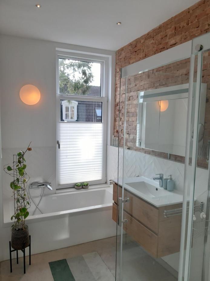 De badkamer, met ruwe muur als authentiek element.