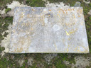 De verweerde gedenksteen van het vergeten monument.