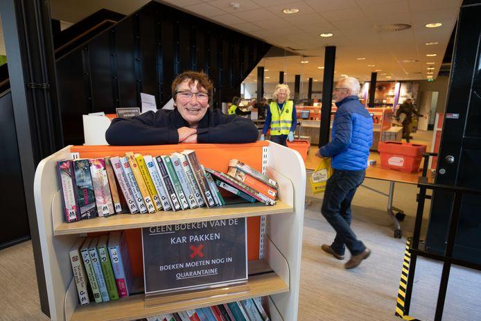 De bibliotheek in Kampen is weer open na een wekenlange sluiting door het coronavirus. Op de foto directeur Annette Schol.