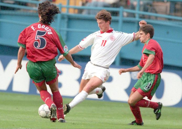 Denmark's Brian Laudrup (C) scores his team's first goal during EURO 96 between Portugal's Paulinho Sanots (L) and Fernando Couto (R) at the Hillsborough stadium in Sheffield June 9 Invoerdatum = 20-06-1996 Plaatsingsdatum = 10-06-1996 Kort bijschrift = Denemarken - Portugal Trefwoorden = Denemarken - Portugal ek96 UDC code = 796cc; 0; SHEFFIELD;Engeland - Denemarken-Portugal 100696