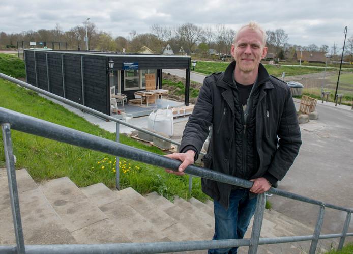Sander Cretier van cafetaria Even Pause in Den Osse wil van de populaire duikplek in de Grevelingen met een eigen AED en zuurstofkoffer ook één van de veiligste maken.