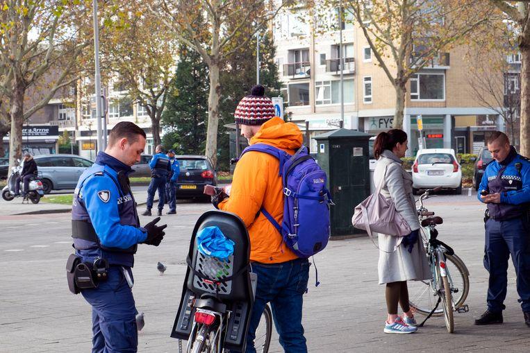 Buitengewoon opsporingsambtenaren en politie in Rotterdam Blijdorp. Beeld Hollandse Hoogte / Hans van Rhoo