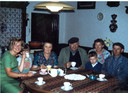 Corrie de Niet (links) aan tafel bij de familie Duenk in 1963. Evert staat niet op de foto, want hij is de fotograaf.