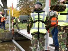 Operatie Waterdreiging, militairen en waterschap oefenen samen in Woerden