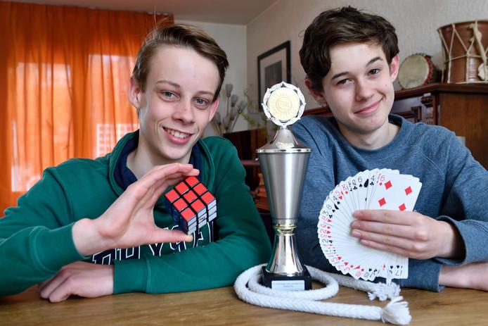 Kampioenen goochelen Luca de Vries (links) en Espen Dee. ,,We kiezen bewust voor humor in onze show.''