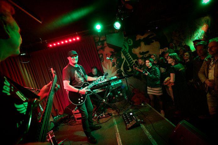 Gitarist Jan Akkerman speelt in het Muziekcafé tijdens Bluesroute in 2018.