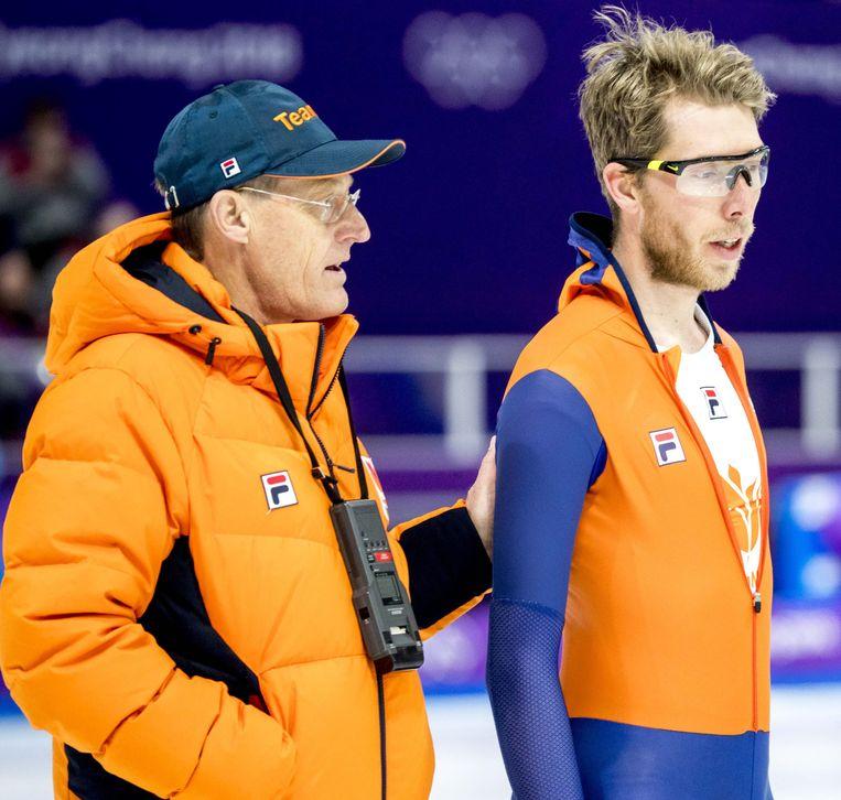Jorrit Bergsma en coach Jillert Anema na afloop van de training van de langebaanschaatsers in de Gangneung Oval tijdens de voorbereiding op de Olympische Winterspelen van Pyeongchang.