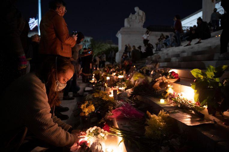 Bij het Amerikaanse hooggerechtshof hebben mensen na de dood van rechter Ruth Bader Ginsburg een herdenkingsplaats ingericht. Beeld Getty Images