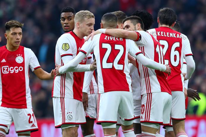 Ajax viert een treffer.