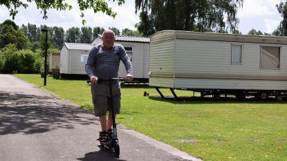 """""""Hier zie je geen zure gezichten"""" Terug naar Camping Puyenbroeck: Louis (80) en zijn elektrische step."""