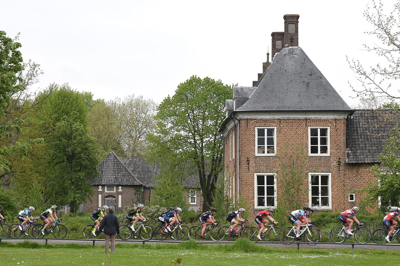 Kasteel Aldendriel op de achtergrond bij de wielerronde van Mill.