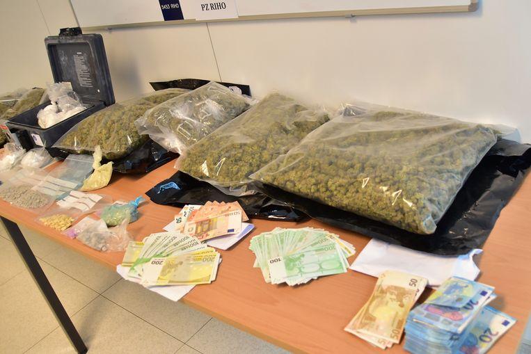 Grote hoeveelheden drugs en cash geld werden in beslag genomen tijdens de gecoördineerde actie.