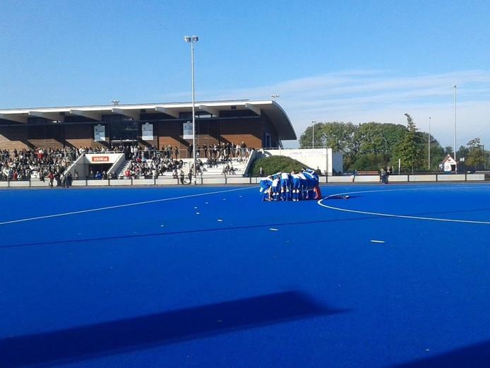 De mannen van HC Zwolle peppen zich op voor de wedstrijd.