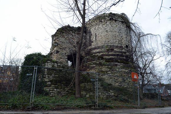 De Sint-Donatustoren voor de restauratie.