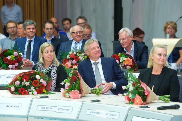 Het college van burgemeester en wethouders van Arnhem bij zijn aantreden in 2018. Achterste rij v.l.n.r de wethouders Roeland van der Zee (VVD), Hans de Vroome (D66) en RonaldPaping (GroenLinks). Voorste rij v.l.n.r. Martien Louwers (PvdA), Jan van Dellen (VVD) en Cathelijne Bouwkamp (GroenLinks). De PvdA en GroenLinks hebben vrijdag de samenwerking in deze coalitie opgezegd. Hun wethouders blijven voorlopig zitten.