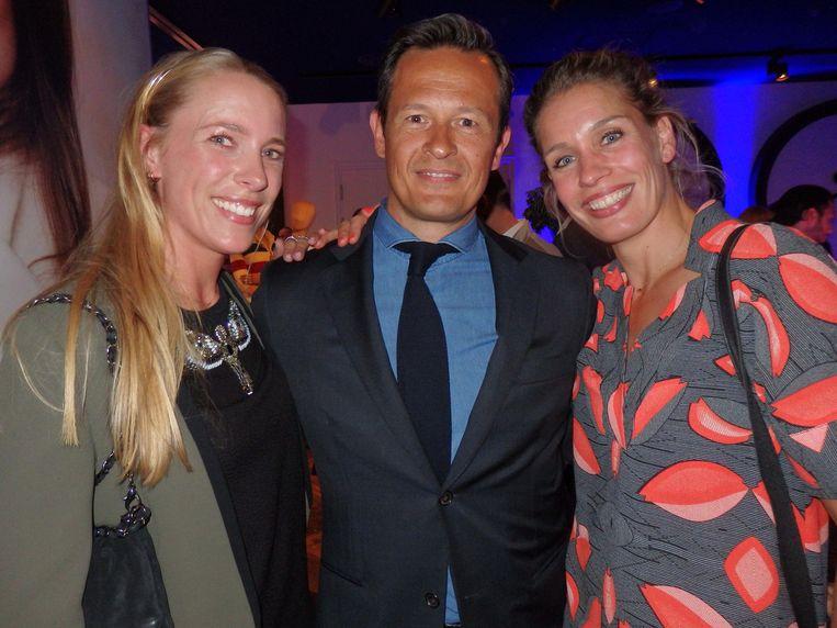Emilie Verschuren (l) en Machteld Jansen van Rituals, met Rik Ledder (TBWA\Neboko). Jansen: 'Morgen is hij gescheiden.' Beeld Schuim