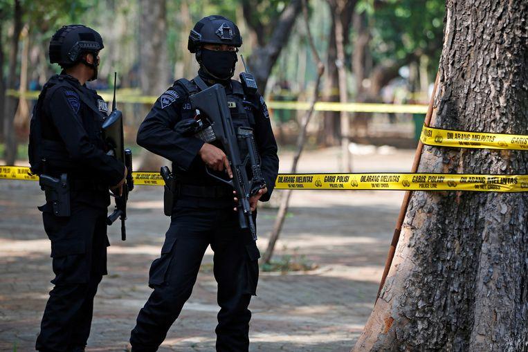 Gewapende politie op de plek waar de granaat afging.