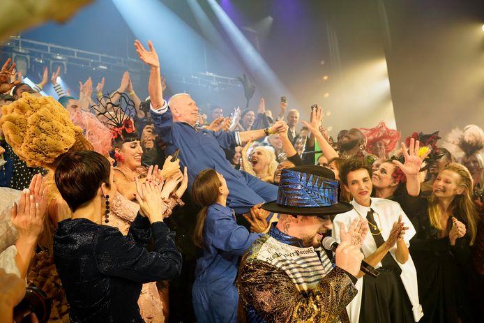 Jean Paul Gaultier porté en triomphe, entouré notamment de Cristina Cordula, Rossy de Palma et Boy George (de gauche à droite), mercredi à Paris