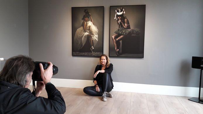 Paulien Huizinga poseert bij twee van haar werken voor persfotograaf Peter van Trijen. Tegenwoordig staat ze zelf meer achter dan voor de camera.