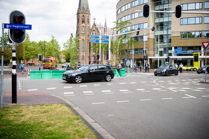 EINDHOVEN - Op de Vestdijk staat een blokkade. Daar rijden auto's nog gewoon langs terwijl er voetgangers oversteken