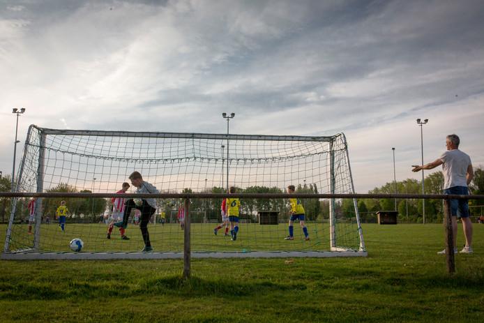 Spelers van UHC spelen een potje voetbal op de Schaarweide.