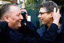 De ten onrechte veroordeelde Herman Dubois (links) en Wilco Viets reageren opgelucht na de veroordeling van Ron P. tot vijftien jaar cel voor de moord op Christel Ambrosius.