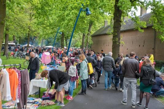 Ondanks de regen is het best druk bij de vrijmarkt in het Valkenberg