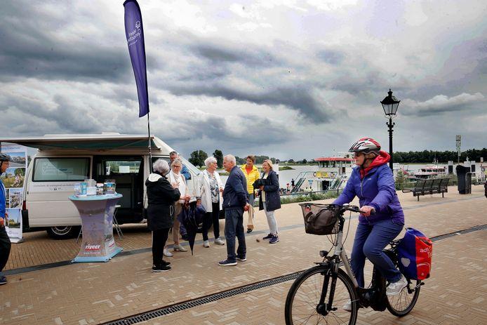 Het mobiel infopunt van de VVV komt deze zomermaanden Buiten de Waterpoort te staan. Toeristen die vanaf de pont komen, worden opgevangen door vrijwilligers die hen van informatie voorzien.