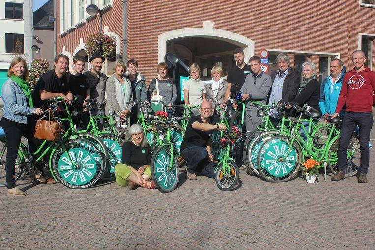 Groen poseert met de groene fietsen.