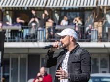 Zorgen over zanger, draaiorgel, serenades en andere Deventer corona-opkikkers bij seniorencentra; 'mensen, hou wel afstand!'