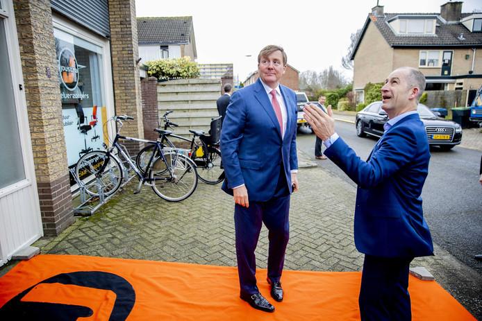 Directeur Henry Joustra verwelkomt koning Willem-Alexander op de oranje loper bij het bedrijf aan de Schimmelstraat.