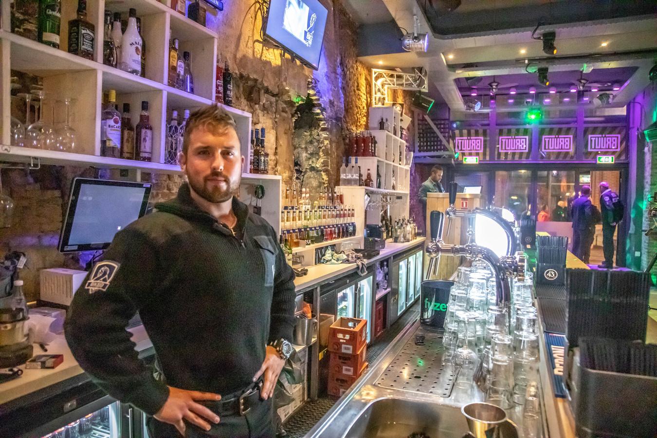 Bruut- eigenaar Bob Kooistra staat voor een nieuw hoofdstuk met zijn café, nu hij veroordeeld is wegens het schenden van zijn geheimhoudingsplicht in een Bibob-dossier over zijn café. Hij brengt daarmee ook de legitimiteit van zijn beveiligingsbedrijf BKBD BV in gevaar.