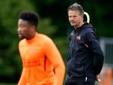 Peter Uneken even trainer en politieagent bij Jong PSV: 'Afstand houden is ineens hét item'