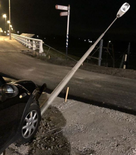 Automobilist rijdt lantaarnpaal omver in Sliedrecht