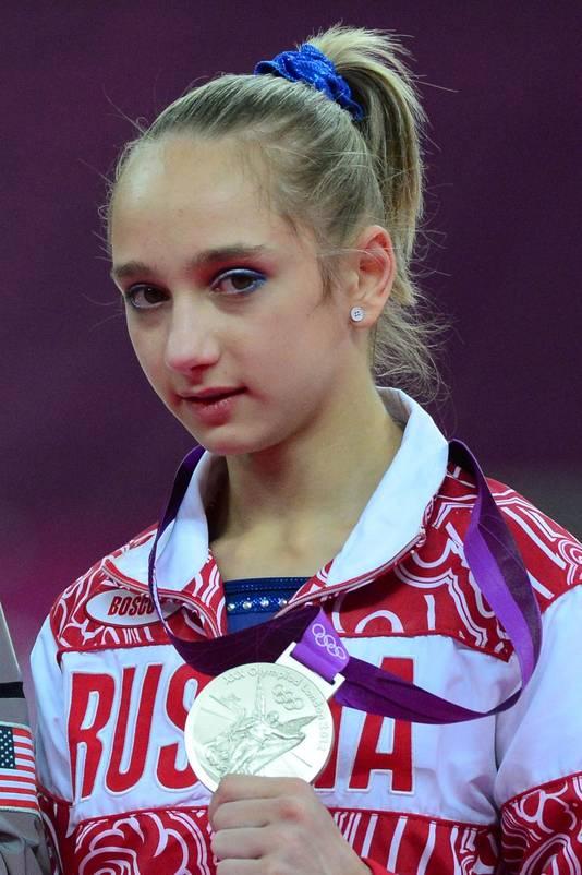 De Russiche gymnaste Victoria Komova heeft een blauw exemplaar