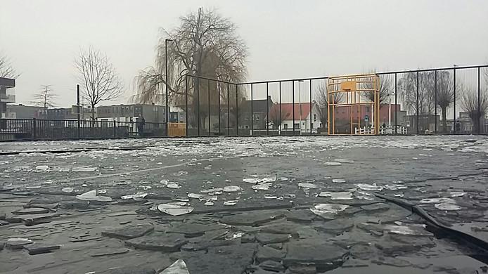 Het ijs bij het trapveldje is vernield.